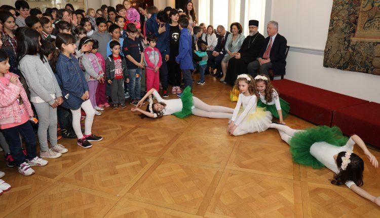 Prestolonaslednik Aleksandar i Princeza Katarina sa mališanima u Belom Dvoru