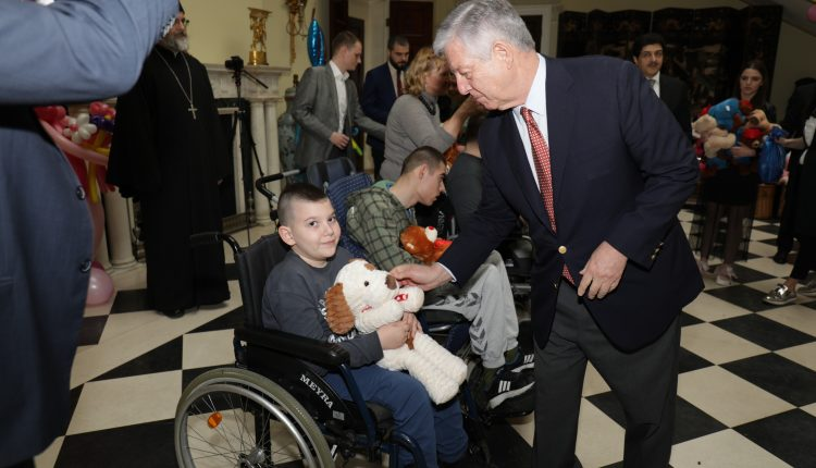 Prestolonaslednik Aleksandar daruje mališane